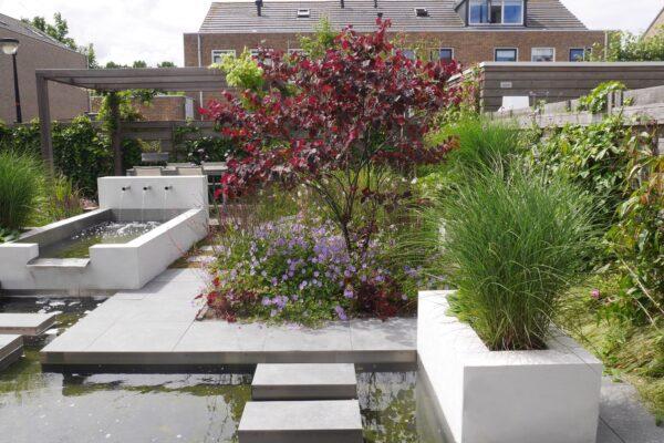Moderne tuin met waterpartij in Beverwijk