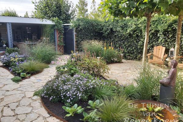 De-Tuinen-van-Renee-Koen-achtertuin-Heerhugowaard-ronde-vormgeving-flagstones