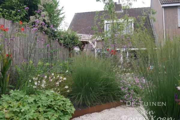 De-Tuinen-van-Renee-Koen-castle-grind-met-borderafwerking-cortenstaal-siergrassen-groene-tuin