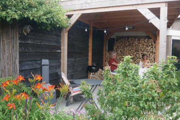 De-Tuinen-van-Renee-Koen-groene-achtertuin-in-Stompetoren-met-veranda