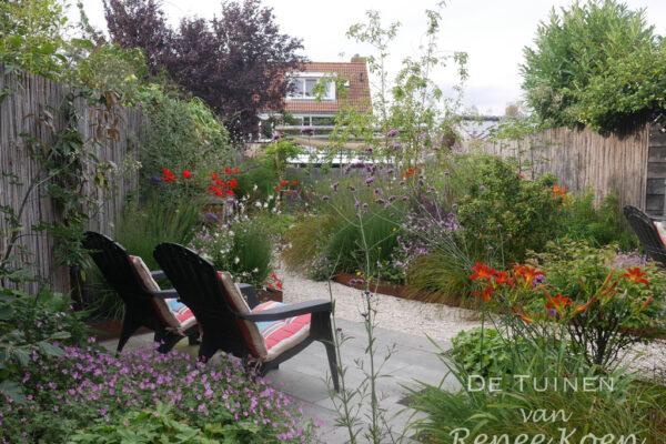 De-Tuinen-van-Renee-Koen-tuin-Stompetoren-terras-met-bloeiende-borders-rondom