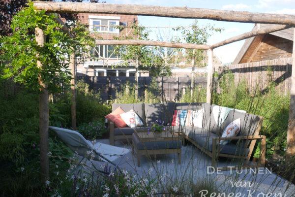 De-Tuinen-van-Renee-Koen-tuin-Stompetoren-terras-met-pergola-kastanjehout