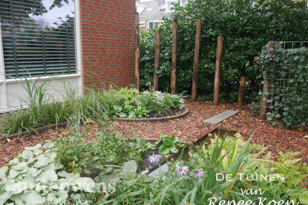 De-Tuinen-van-Renee-Koen-tuinontwerp-voortuin-kastanjehouten-palen-split-schaduwrijke-beplanting